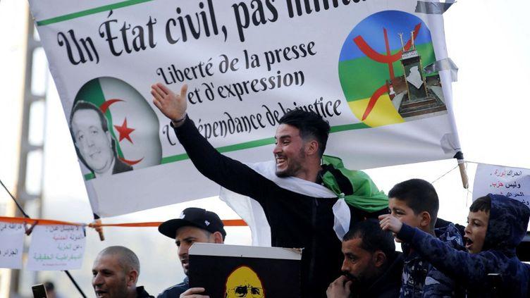 Des Algériens se rassemblent dans la ville de Kherrata, dans le nord du pays, le 16 février 2021, deux ans après le début du mouvement de masse qui a chassé du pouvoirle président Abdelaziz Bouteflika. (- / AFP)