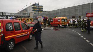 Des voitures de police et des pompiers se trouvent devant l'aéroport d'Orly, samedi 18 mars 2017. (CHRISTOPHE SIMON / AFP)
