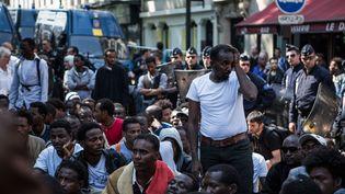 Après l'évacuation du square Saint-Bernard (18e), les migrants se retrouvent à nouveau repoussés au métro La Chapelle, à Paris, le 5 juin 2015. (LAURENCE GEAI / SIPA)