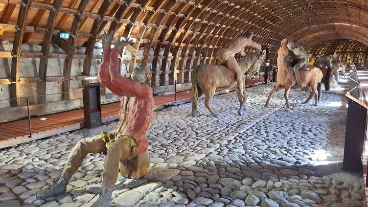 """Sitting Bull en prière accueille les visiteurs à l'entrée de l'exposition """"La bataille de Little Big Horn"""". (ANNE CHEPEAU / RADIO FRANCE)"""