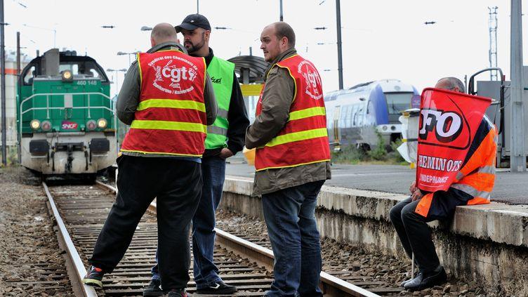 Des cheminots en grève manifestent sur les rails à la gare de Dunkerque (Nord) le 16 juin 2014. (PHILIPPE HUGUEN / AFP)