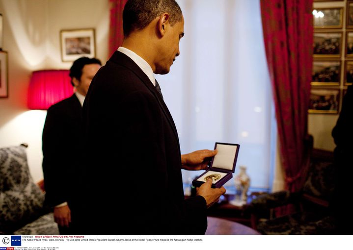 Le président américain, Barack Obama, contemple sa médaille de prix Nobel de la paix, à l'Institut Nobel d'Oslo (Norvège), le 10 décembre 2009. (REX FEATURES / SIPA)