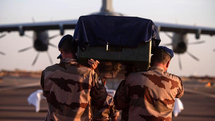 Le cercueil de l'un des militaires français tués au Mali, le 30 novembre 2019 à Gao (Mali). (THOMAS PAUDELEUX / ECPAD / AFP)