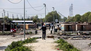 Le camp de migrants de Grande-Synthe (Nord), mardi 11 avril 2017, après l'incendie qui a ravagé la plupart des constructions du site. (SADAK SOUICI / CITIZENSIDE / AFP)