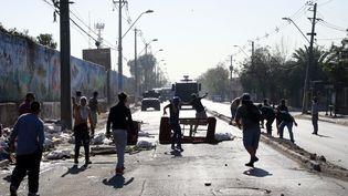 Des heurts entre forces de l'ordre et manifestants opposés au confinement, le 18 mai 2020 à Santiago du Chili (PABLO ROJAS / AFP)