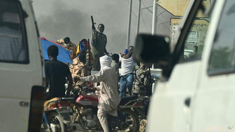 Des policiers tchadiens à N'Djamena (Tchad) lors d'une manifestation contre les militaires au pouvoir, le 27 avril 2021. (ISSOUF SANOGO / AFP)