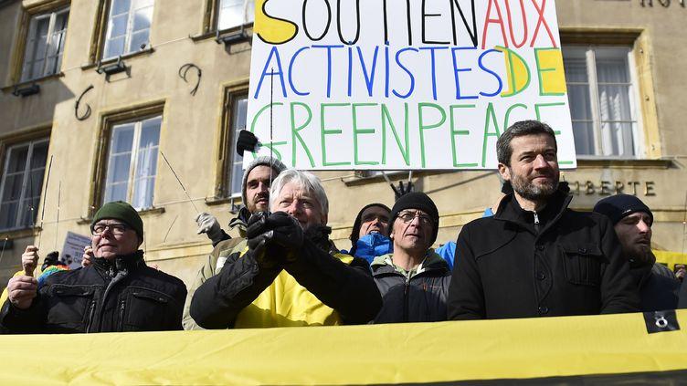 Des membres de Greenpeace, parmi lesquels le directeur général de Greenpeace France, Jean-François Julliard, manifestent devant la mairie de Thionville (Moselle), le 27 février 2018. (JEAN-CHRISTOPHE VERHAEGEN / AFP)
