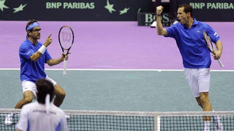 Arnaud Clément et Michaël Llodra, la paire française de Coupe Davis (PHILIPPE DESMAZES / AFP)