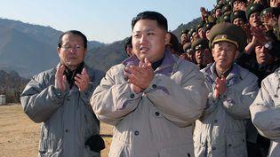 Kim Jong-un, le fils de Kim Jong-il désigné comme son successeur, en visite sur le site d'une centrale électrique à Huichon, en Corée du Nord (photo non datée). (KNS / KCNA / AFP)