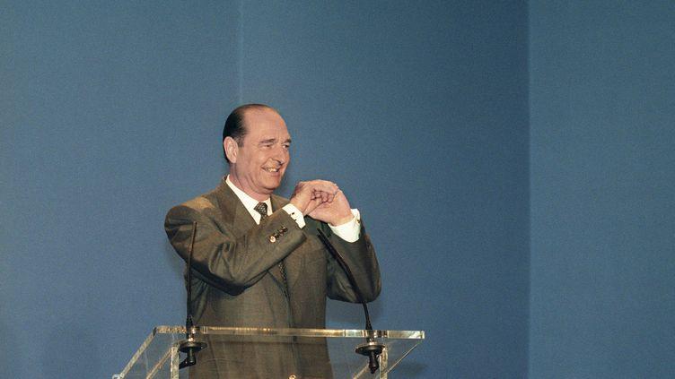 Jacques Chirac remercie ses partisans rassemblés dans la grande salle des fêtes de l'hôtel de ville, le 7 mai 1995 à Paris, après avoir remporté la présidentielle. (GEORGES BENDRIHEM / AFP)