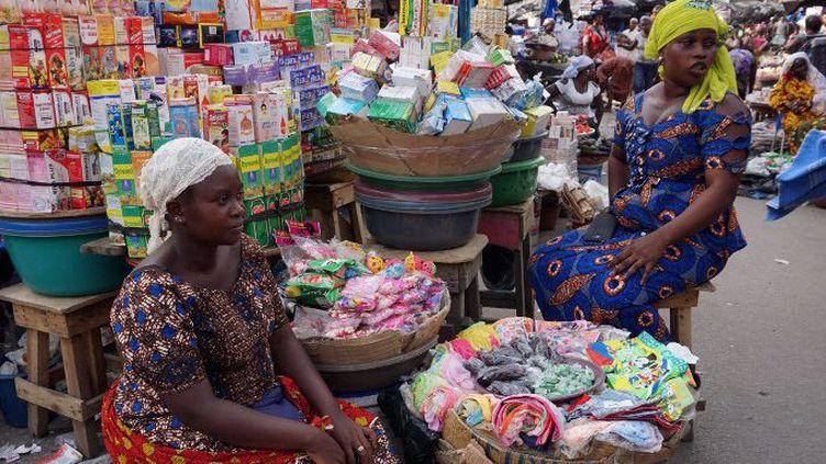 Le marché d'Adjamé à Abidjan, en Côte d'Ivoire, accueille 8000 vendeuses de médicaments. (ISSOUF SANOGO / AFP)