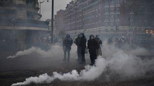 Des grenades lacrymogènes sont tirées près de la porte de Champerret, dans le 17e arrondissement de la capitale, le 16 novembre 2019. (MARTIN BUREAU / AFP)