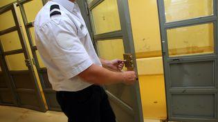 Un policier ouvre une cellule de garde a vue du commissariat central de Montpellier (photo d'illustration). (GUILLAUME BONNEFONT / MAXPPP)