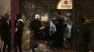 """Des vitrines ont été cassés samedi soir à Bobigny, en marge d'une manifestation pour """"dénoncer les violences policières"""". (GEOFFROY VAN DER HASSELT / AFP)"""