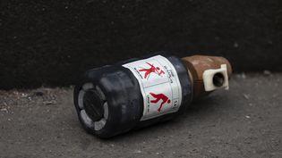 Une grenade de désencerclement au sol lors d'une manifestation à Paris, le 28 décembre 2019. (GREG LOOPING / AFP)