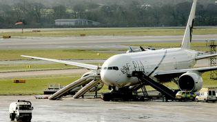 Un Boeing 777-240 de la compagnie Pakistan International Airlines sur le tarmac de l'aéroport de Manchester (Royaume-Uni), le 1er mars 2005. (IAN HODGSON / REUTERS)