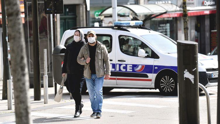 Des passants portent un masque dans une rue d'Aurillac (Cantal), le 17 mars 2020. (MAXPPP)