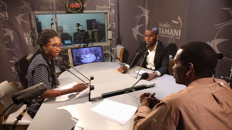 Studio Tamaniest un programme radiophonique quotidien d'information sur leMaliqui propose chaque jour depuis août 2013 desjournaux d'informationen cinq langues (français, bambara, peulh, tamasheq, sonrhaï). (FONDATION HIRONDELLE / SÉBASTIEN RIEUSSEC)