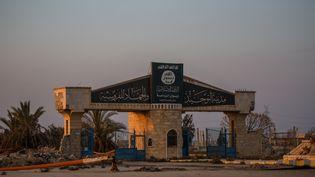 Le portail d'une zone bombardée à Raqqa (Syrie) porte le logo du groupe Etat islamique, le 23 février 2018. (SEBASTIAN BACKHAUS / NURPHOTO / AFP)
