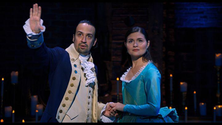 Lin Manuel Miranda (Alexander Hamilton) et Phillipa Soo (Eliza Schuyler) se donnent la réplique dans la comédie musicale Hamilton. (Disney +)