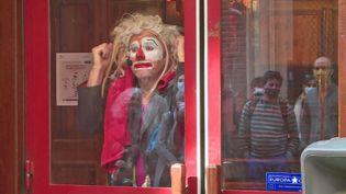 Le clown Ludor Citrik dans la vitrine du cinéma American Cosmograph à Toulouse (France 3 Midi-Pyrénées)