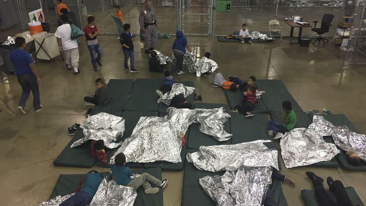 Des enfants migrants dans un centre de Mc Allen, au Texas (Etats-Unis), le 17 juin 2018, sur une photo des douanes américaines. (US CUSTOMS AND BORDER PROTECTION / AFP)