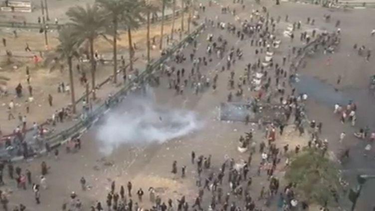 Des affrontements entre police et manifestants place Tahrir, au Caire (Egypte), le 21 novembre 2011. (REUTERS)