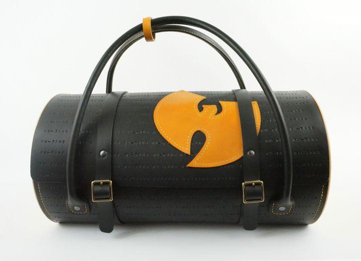 Un sac Wu-Tang Clan réalisé spécialement pour l'exposition par l'artisan maroquinier Damien Béal.