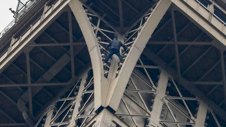 """Un """"grimpeur"""" perché en haut de la tour Eiffel a provoqué l'évacuation du monument, lundi 20 mai 2019. (FRANCOIS GUILLOT / AFP)"""