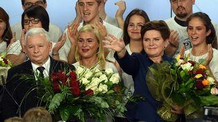 Jaroslaw Kaczynski (à gauche), le leader de Droit et justice, et Beta Szydlo (à droite), la future Premier ministre, le 25 octobre 2015 à Varsovie (Pologne). (JANEK SKARZYNSKI / AFP)