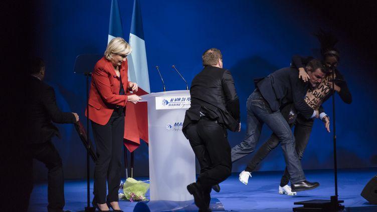 Le service de sécurité de Marine Le Pen intervient après l'arrivée d'une militante Femen au meeting de Marine Le Pen, à Paris, le 17 avril 2017. (SAMUEL BOIVIN / CITIZENSIDE / AFP)