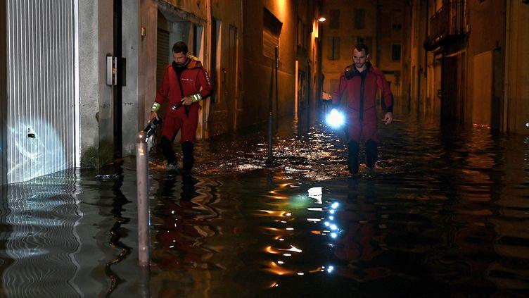 Des pompiers inspectent l'eau après les fortes précipitations à Agen (Lot-et-Garonne), le 8 septembre 2021. (PHILIPPE LOPEZ / AFP)