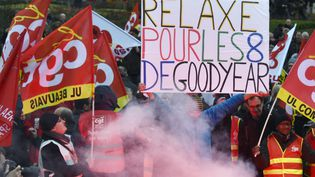 """La banderole """"Relaxe pour les 8 de Goodyear"""" est brandie place de la Nation à Paris, au cours d'une manifestation de mobilisation en faveur de syndicalises condamnés à de la prison ferme, le 4 février. (DOMINIQUE FAGET / AFP)"""