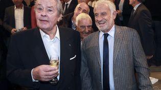 Alain Delon et Jean-Paul Belmondo à la remise du prix du Quai des Orfèvres, le 15 novembre 2016. (JACQUES DEMARTHON / AFP)