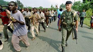 Un soldat français observe l'entraînement de recrues de l'armée du gouvernement Hutu, le 26 juin 1994 à Gisenyi (Rwanda). (PASCAL GUYOT / AFP)