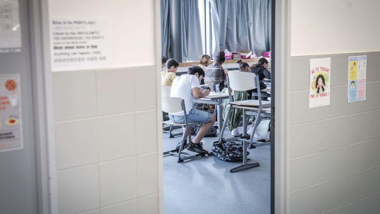 Une classe du collège Jean Renoir, à Boulogne-Billancourt (Hauts-de-Seine), le 22 juin 2020. (LUC NOBOUT / MAXPPP)