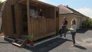 C'est une initiative qui aide le maintien à domicile de personnes âgées dépendantes : leur installer un petit chalet en bois au fond du jardin, au lieu d'un placement en maison de retraite. (CAPTURE ECRAN FRANCE 2)