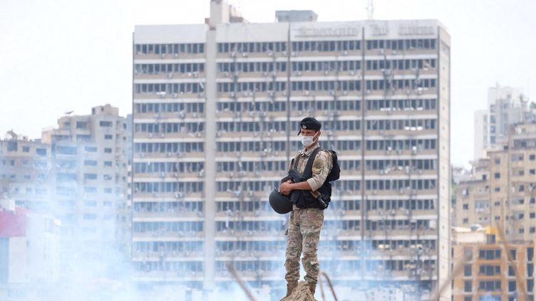 Un soldat libanais portant un masque se tient dans le port de Beyrouth après l'explosion du 4 août 2020. Les autorités du pays appellent à un nouveau confinement de deux semaines, vendredi 21 août, pour faire face à l'épidémie de coronavirus. (NATHANAEL CHARBONNIER / RADIO FRANCE)