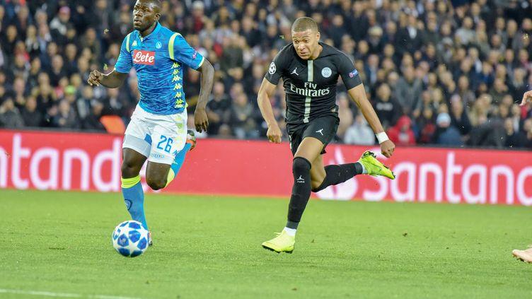 Le Parisien Mbappé sprinte face au Napolitain Kalidou Koulibaly (STEPHANE VALADE / STEPHANE VALADE)