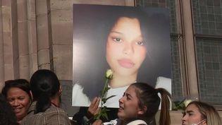 Dinah, une adolescente de14 ans, s'est suicidée alorsqu'elle était victime de harcèlement scolaire depuis deux ans. Dimanche 24 octobre, une marche blanche était organisée en sa mémoire, à Mulhouse (Haut-Rhin). (France 2)