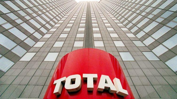 Le siège du groupe Total, à Paris, qui s'était engagé dans un contrat à cinq milliards de dollars dans le champ gazier de South Pars, en Iran. (PATRICK KOVARIK / AFP)