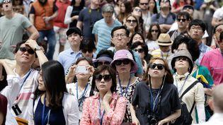 Des touristes chinois devant l'entrée de la Cathédrale Notre-Dame à Paris, le 23 juin 2014. (VINCENT ISORE / MAXPPP)