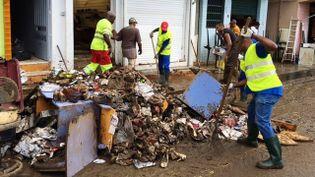 Le nettoyage a commencé àRivière-Pilote, le 7 novembre 2015, après les violentes inondations sur le territoire de la commune. (MARC BALSSA / MARTINIQUE 1ERE)