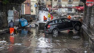 Une voiture au milieu de la chaussée à Catane (Sicile, Italie) après de violentes inondations, le 26 octobre 2021. (SALVATORE ALLEGRA / ANADOLU AGENCY / AFP)