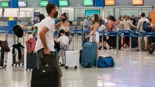Des passagers à l'aéroport d'Athènes (Grèce), le 11 octobre 2020. (NICOLAS ECONOMOU / NURPHOTO)