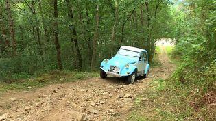 En Haute-Loire, Alan Blondeau, passionné de 2 CV, est devenu l'un des spécialistes mondiaux de la mythique Citroën. Il a lancé il y a quelques années une société de réparation de boites de vitesse, où il ne travaille qu'avec des pièces d'origine.  (CAPTURE D'ÉCRAN FRANCE 3)