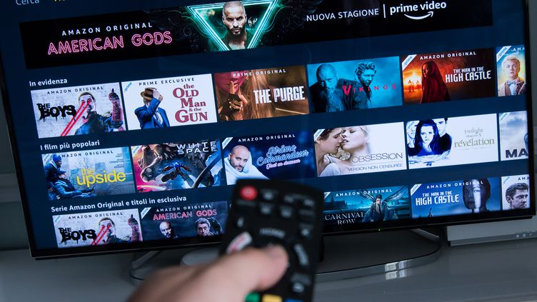 Page d'accueil d'une plateforme de streaming sur un écran de télévision. (RICCARDO MILANI / HANS LUCAS)