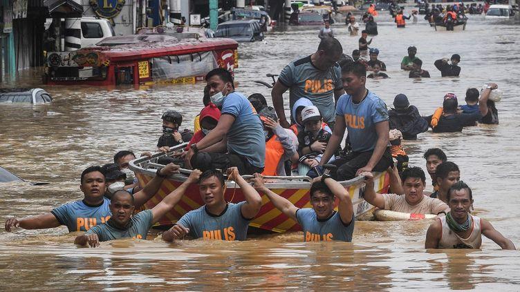Des secours sont venus en aide à des habitants de Manille, aux Philippines, après le passage du typhon Vamco, le 12 novembre 2020. (TED ALJIBE / AFP)