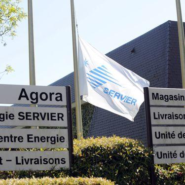 Un drapeau avec le logo des laboratoires Servier, le 16 avril 2014, sur un des sites du groupe à Gily (Loiret). (GUILLAUME SOUVANT / AFP)