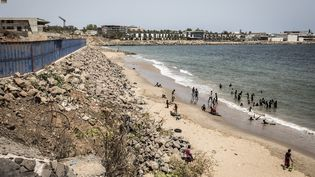 Sous les gravats, la plage Mermoz à Dakar le 27 juin 2020. (JOHN WESSELS / AFP)